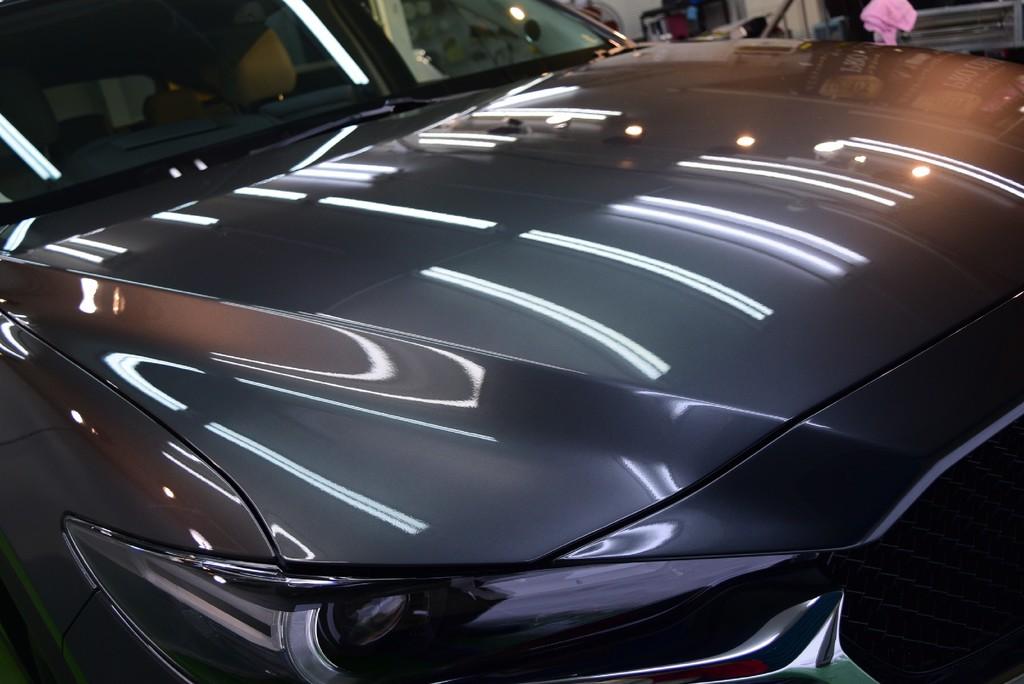 2017/12 マツダ・CX-5(マシーングレープレミアムメタリック)PRO PCX-S7コーティング(低撥水・艶・耐擦り傷・防汚性)納車後すぐご入庫されたCX-5。  マシーングレープレミアムメタリックは光の波長によって様々な表情のある美しい塗装です。  下地処理の新車ミガキ LEVEL2。  ミガキと言ってもむやみやたらに膜厚は落としませんので、 どちらかと言うと砥ぐがイメージに合うと思います。 お客様の環境を考慮し、対すり傷性に優れる低撥水タイプ「PCX-S7」をコーティング!  ガラス皮膜が大変美しく輝き、ワンランク上のCX-5になりました。