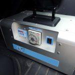 【機材】オゾン脱臭機について クリーニングに力を入れている業者で使われる強力なオゾン発生装置のオゾン発生量は300mg/h(20℃60%RH)ですが、当店で使用する画面の機材は最大2000mg/hを発生します。これは広いリビングなどを1台で最大約150平米(約50坪)まで対応できる容量を持つ高性能ですが、そちらを使い狭い車の室内を短時間かつ強力に除菌消臭します。
